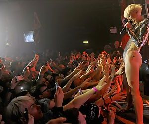 Miley Cyrus Allows Fans..