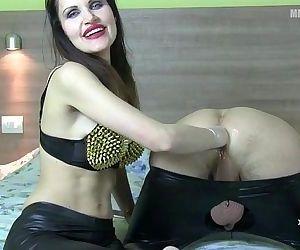 Diva del Tubo giving a..