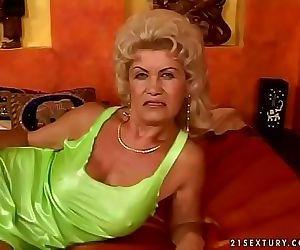 Hairy granny Effie 6 min
