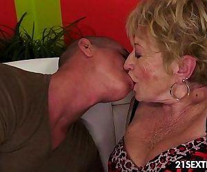 الجدة التقبيل