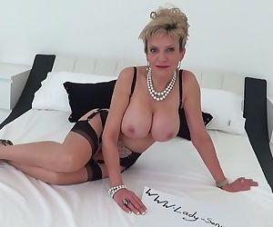 Mature Lady Sonia oils..
