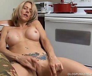 Sexy MILF has a wet..